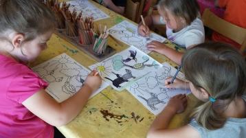 Die grossen Maedchen malen eine Ausmalbild - Inchenhofen